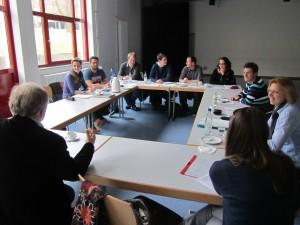 Junge Lehrkräfte diskutieren die Ergebnisse der Befragung